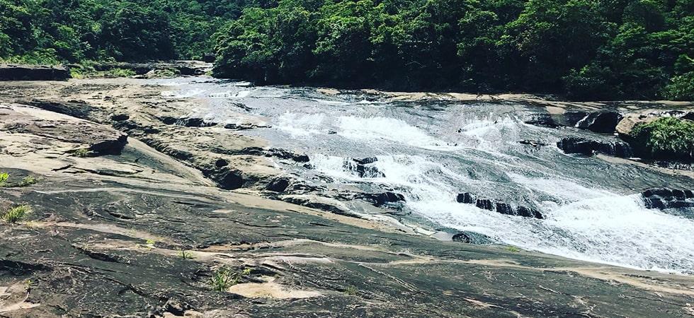 神の座を意味するカンビレーの滝。亜熱帯の森の奥で大自然に触れ合おう。